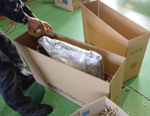 注文を受けたリサイクルパーツを梱包・出荷する画像