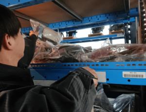 機械を使って車の中古部品の在庫を管理している画像